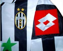ユベントス01-02チャンピオンズリーグ用ホーム 黒い袖の部分が網目になっている!