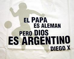 マラドーナ Tシャツ 「ローマ教皇は同父母です。しかし、神がアルゼンチン人およびディエゴXであるように」